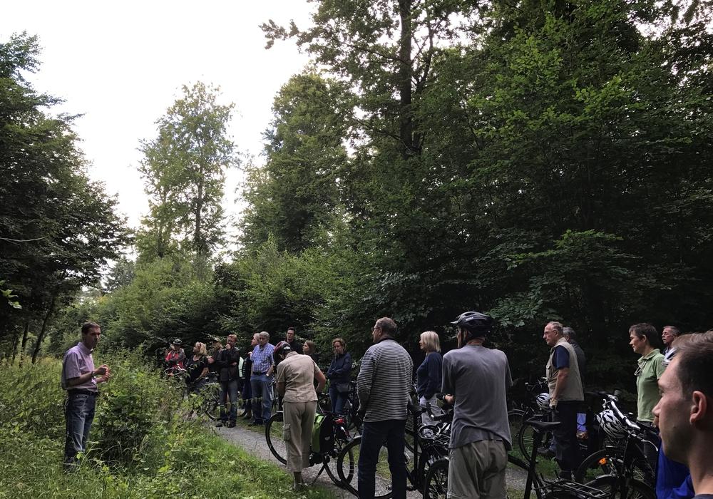 """Mehr als 30 Teilnehmer machten sich mit dem Fahrrad auf, den """"Barnstorfer Wald"""" zu erkunden. Fotos: SPD"""
