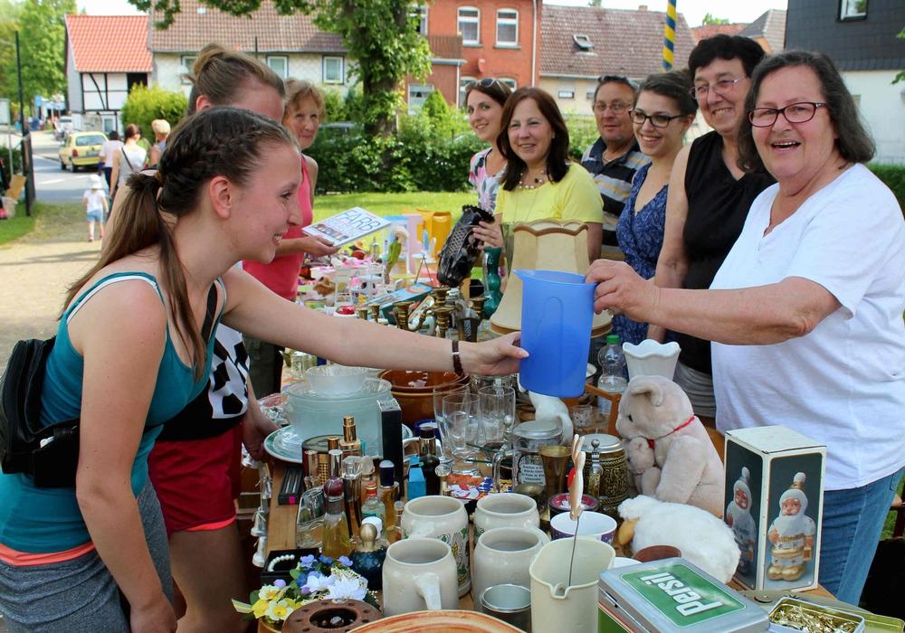 Hier bieten Astrid Mirwa sowie beide Töchter Carola und Vanessa Mirwa Spielsachen, Geschirr und vieles mehr an. Foto: Bernd-Uwe Meyer