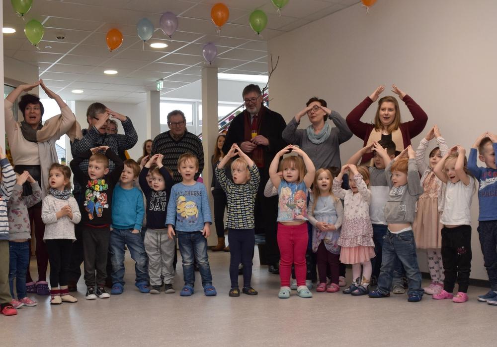 """Die Kita-Kinder haben zur Einweihung ein Lied gedichtet. Angefangen mit """"Du hast uns deine Welt geschenkt, Kita am EFZN"""" schließen die Kleinen mit einem lautstarken Bekenntnis: """"Wir bleiben hier!"""" Fotos: Stadt Goslar"""
