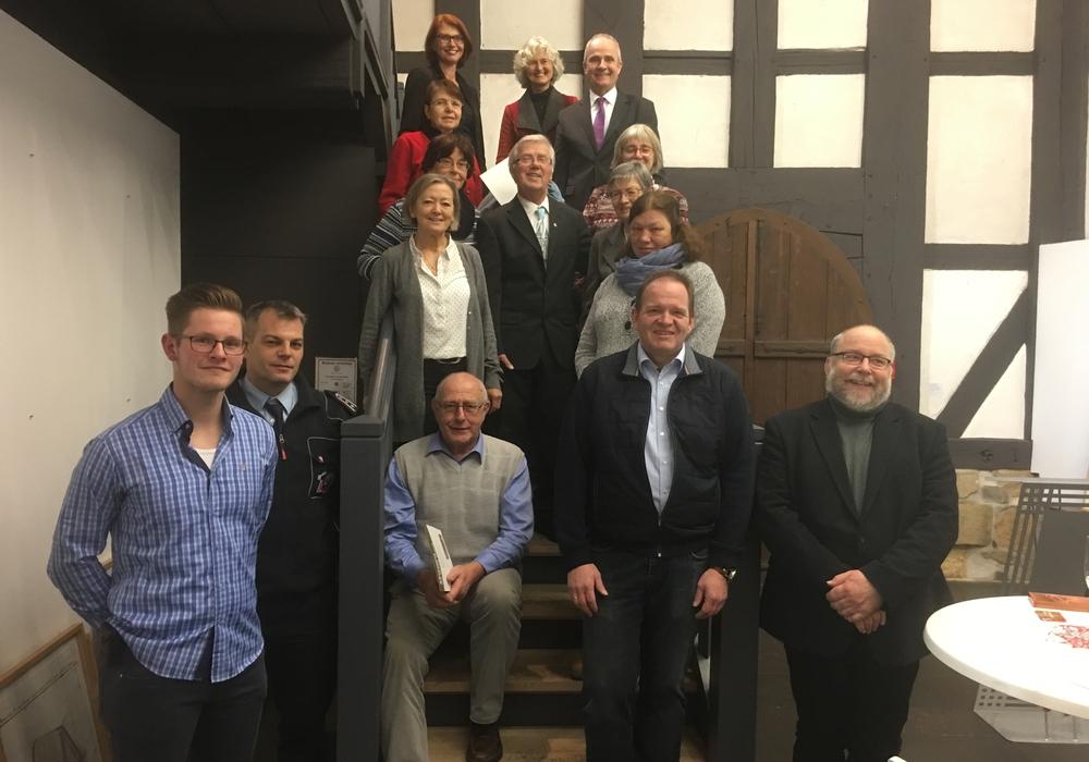 Zwölf Empfänger der Ehrenamtskarte folgten der Einladung von Landrat Thomas Brych und Marion Bergholz ins Mönchhaus. Foto: Landkreis Goslar
