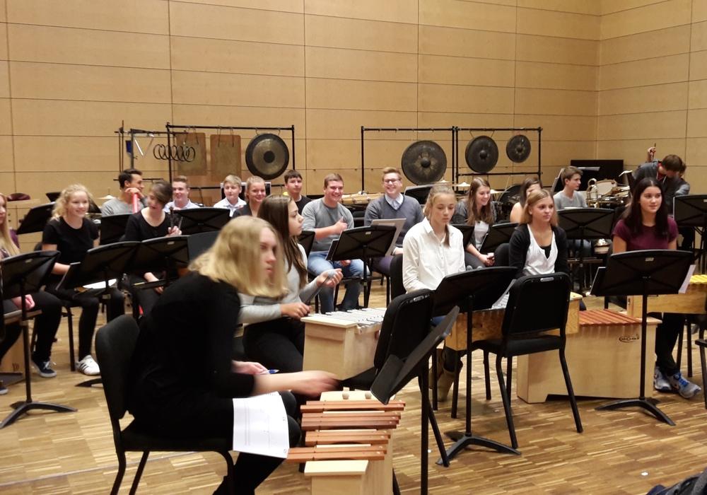 Schüler musizieren mit Profis. Foto: Gropp