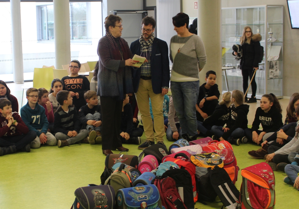 Edda Schliepack nahm die Schulranzen für den SoVD aus den Händen von Christoph Scholz und Alicia Sagan entgegen (v. li.). Fotos: Alexander Dontscheff