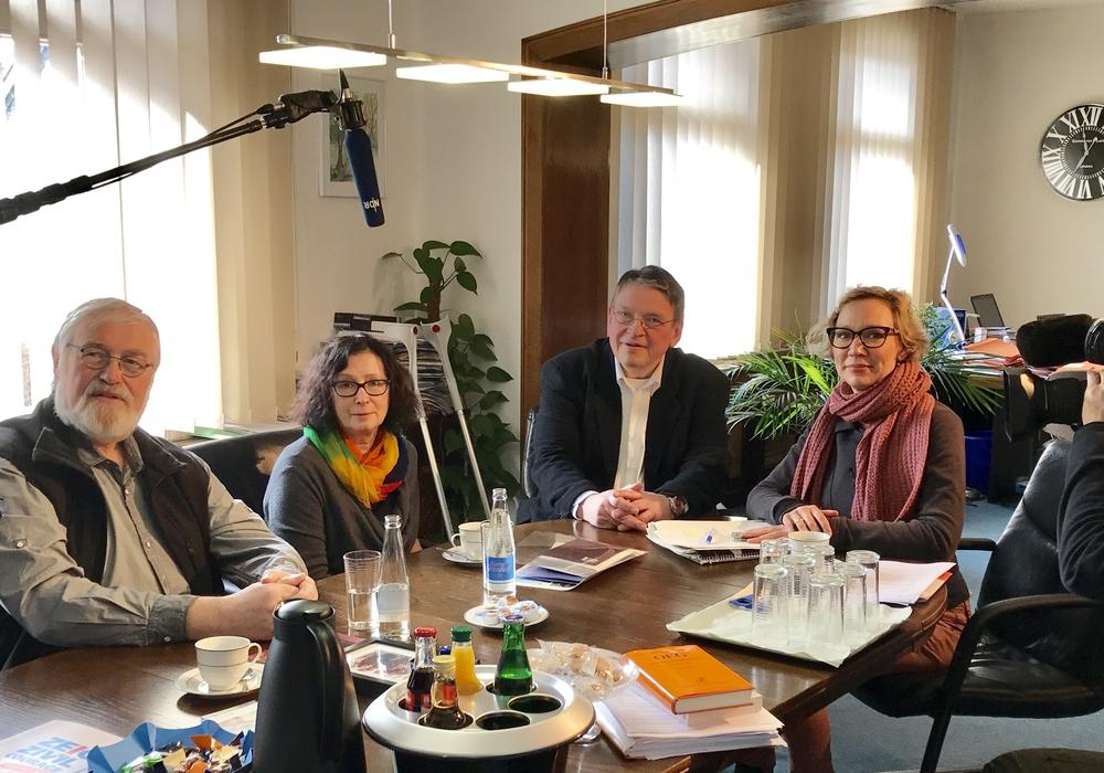Ehepaar Ernst-August und Barbara Wehrmann mit Rechtsanwalt Uwe Hoffmann, NDR-Redakteurin Christina von Saß und ihrem Team. Foto: Günter Koschig