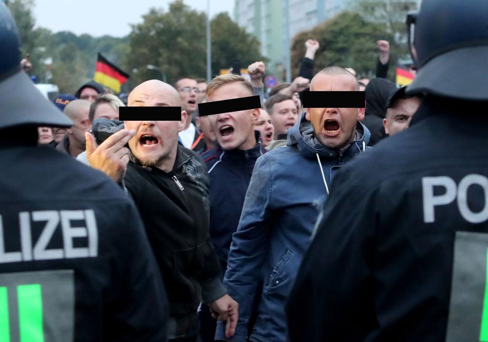 Sie brüllen und gestikulieren wild: Pierre B. (li.) und Lasse R. (Mitte) auf dem Marsch durch Chemnitz. Foto: MARTIN DIVISEK / EPA-EFE / Shutterstock
