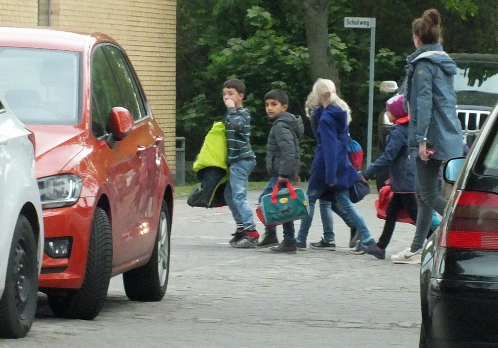 """An der Grundschule am See werden hier Kinder unter Begleitung durch das Knäul der Elterntaxis auf dem Schulweg begleitet. Solch eine Begleitung wird als """"Schulbus zu Fuß"""" bezeichnet. Foto: Achim Klaffehn"""