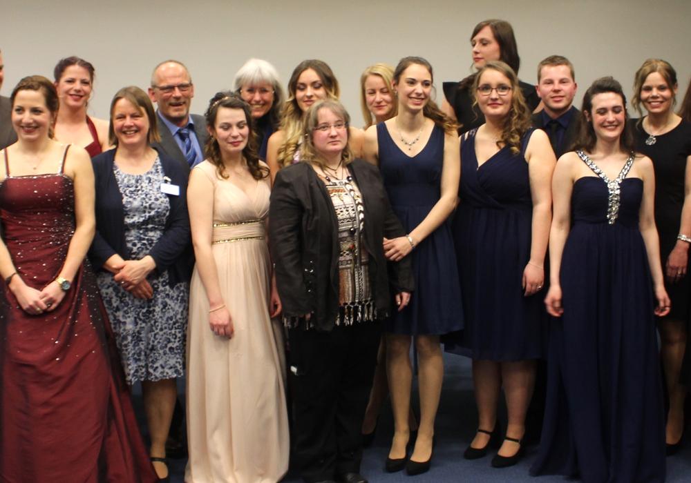 Die Absolventinnen und Absolventen mit Ausbildern und Klinikum-Offiziellen bei der Abschlussfeier. Fotos: Alexander Dontscheff