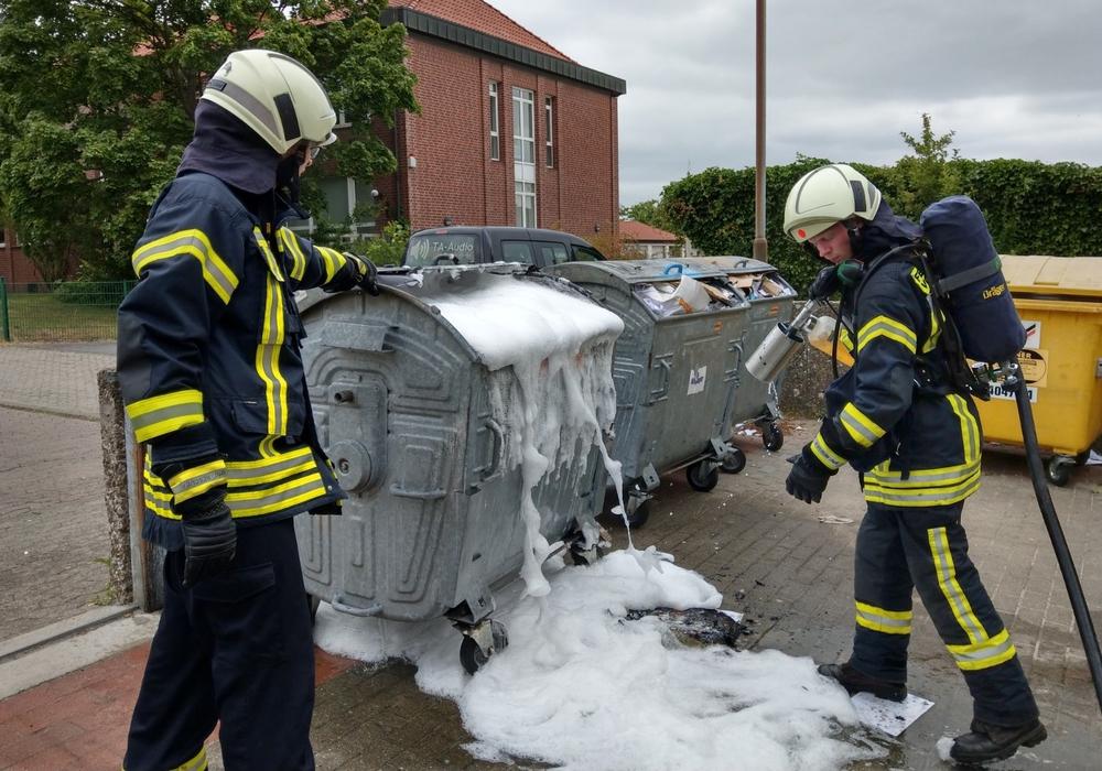 Die Feuerwehr schäumte den Container zur Sicherheit ab. Foto: Feuerwehr Vorsfelde