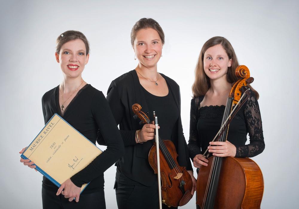 Vl. Anna-Victoria Baltrusch (Klavier), Eva Maria Preinfalk (Violine) und Charlotte Foltz (Violoncello) musizieren Werke von Beethoven, Debussy und Schostakowitsch. Foto: Stadt Wolfsburg