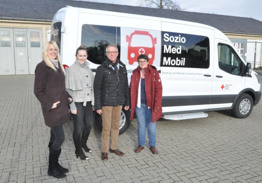 Das Team des Sozio-Med-Mobils (von links): Anna Horstmann, Projekt-Leiterin Inna Ekkert, der ehrenamtliche Mitarbeiter Detlev Prescher und  Katharina Günter. Foto: DRK