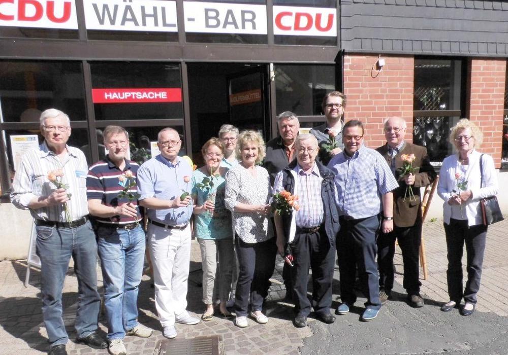 Der CDU-Stadtverband überreichte zum bevorstehenden Muttertag Rosen in der Innenstadt. Foto: Privat