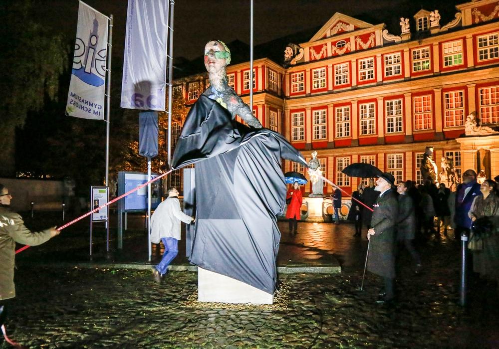 Bürgermeister Thomas Pink und der Künstler Markus Lüpertz enthüllten am Freitag die Wilhelm Busch-Skulptur vor dem Schloss. Fotos: Stadt Wolfenbüttel