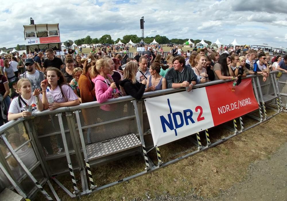 Kurz nach 15 Uhr stürmten die Fans das Gelände, um sich einen guten Platz zu sichern. Fotos: Werner Heise / Marvin König