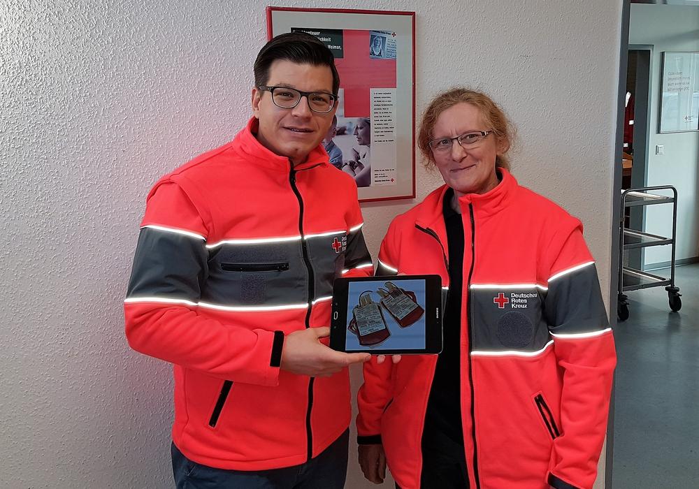 Björn Försterling und Christiane Pottgießer präsentieren ein Tablet, welches in ähnlicher Form bei der Blutspende am Donnerstag gewonnen werden kann. Foto: Privat