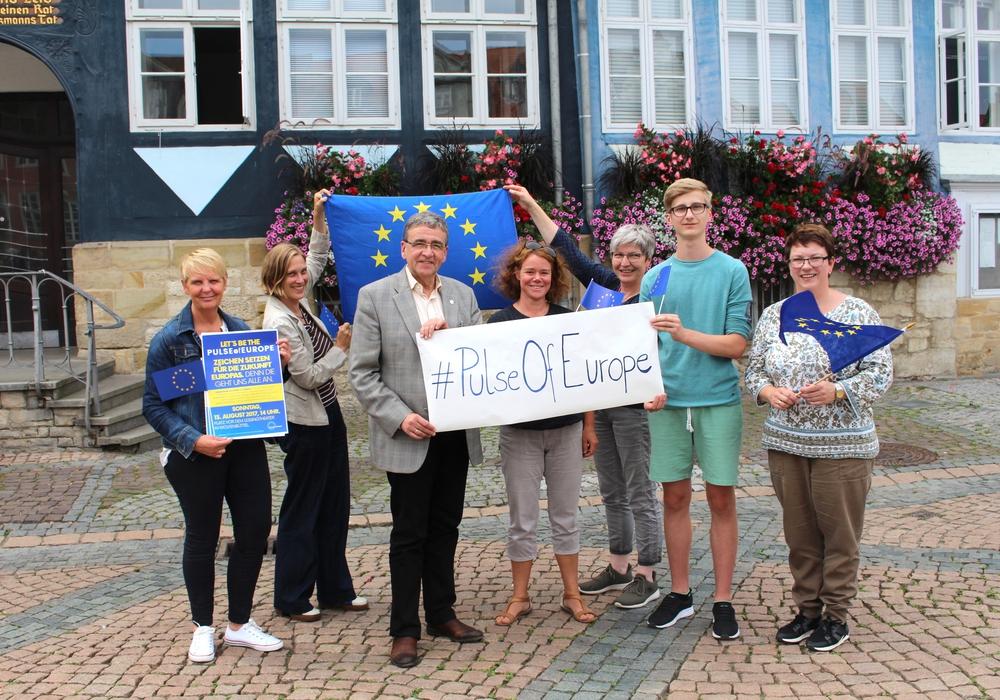 Bürgermeister Thomas Pink mit den Organisatoren von Pulse of Europe in Wolfenbüttel. Foto: Alexander Dontscheff
