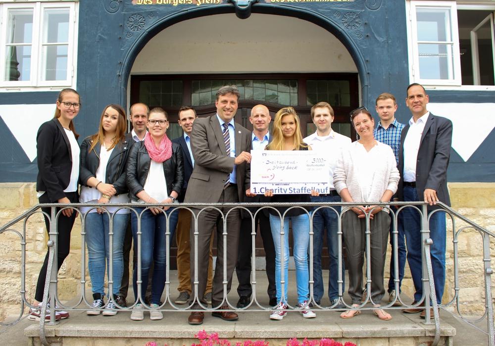 Stadtrat Thorsten Drahn nahm von den Organisatoren des Charity Laufs, im Beisein der Sponsoren und Unterstützer, den symbolischen Scheck entgegen. Foto: Werner Heise