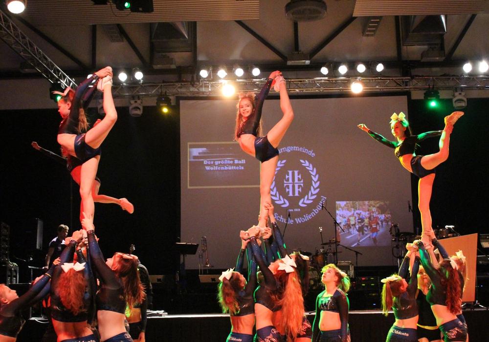 """Das Cheerleding-Team """"Wildcats"""" vom MTV zeigt akrobatisches Können. Foto: Max Förster"""