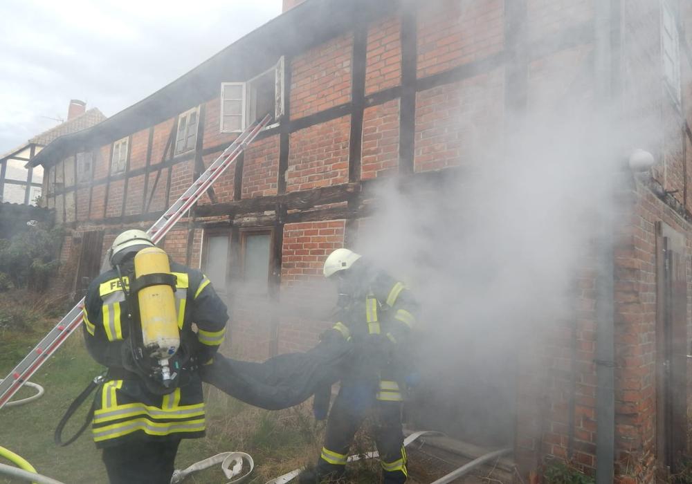 Die Übung war so realistisch, dass die Einsatzkräfte noch einige Minuten nach dem Eintreffen von einem Ernstfall ausgingen. Foto: Samtgemeinde Velpke