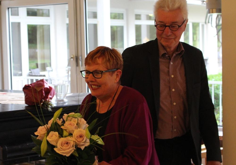 Bezirksbürgermeister Uwe Jordan gratulierte Kate Grigat erneut für ihre Auszeichnung mit dem Verdienstkreuz am Bande des Verdienstordens der Bundesrepublik Deutschland. Fotos: Jonas Walter