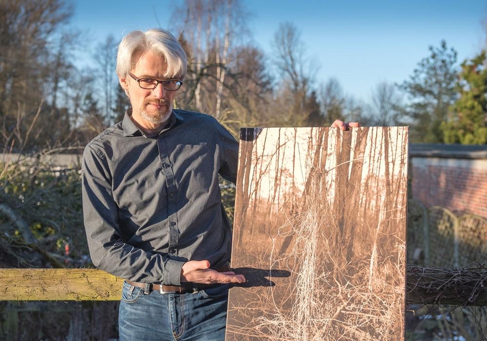 Ulf Jasmer mit einem seiner Fotos aus dem Bruch. Foto: Ulf Jasmer