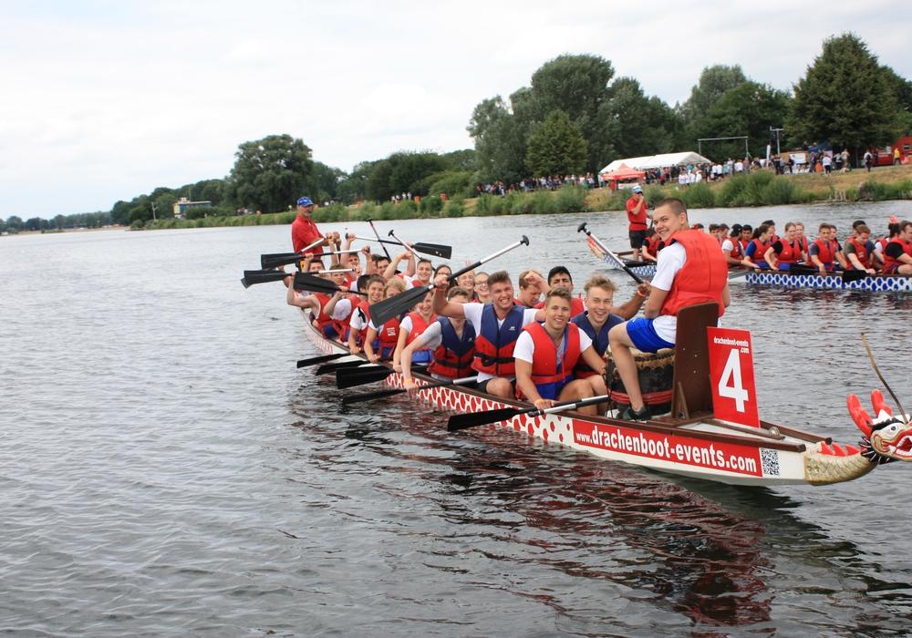 """Das Team """"Captain Peter und die Leichtmatrosen"""" siegte beim Drachenboot-Schüler-Cup. Fotos: Bäder, Sport und Freizeit Salzgitter GmbH"""