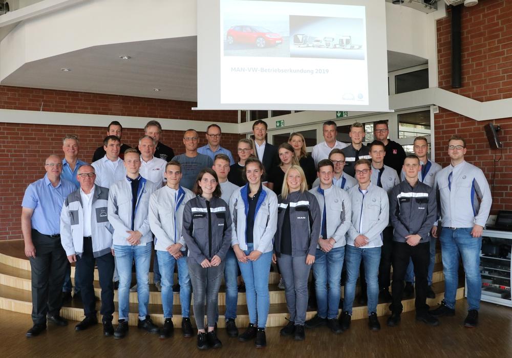 Gruppenfoto von der Abschlusspräsentation bei VW in Salzgitter, mit den dual Studierenden, den Führungskräften, den Betriebsräten und den Ausbildungsverantwortlichen von VW Salzgitter, VW Braunschweig, sowie der MAN Truck & Bus SE, Werk Salzgitter. Fotos: MAN Truck & Bus SE