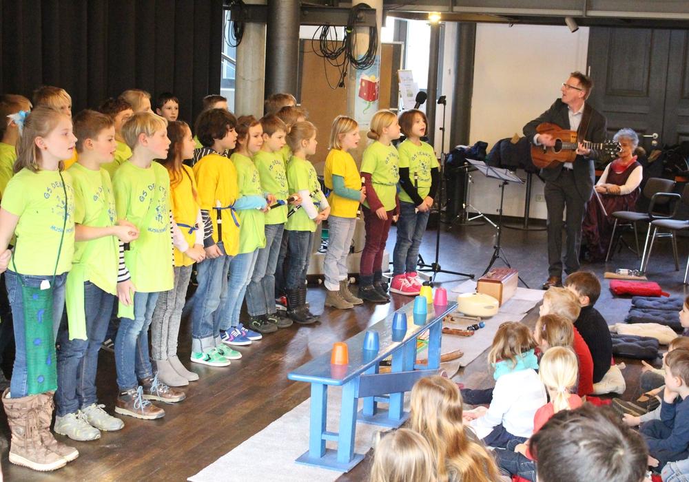 Kinder der Grundschule Denkte eröffneten die Kinder und Jugendbuchwoche. Foto: Jan Borner