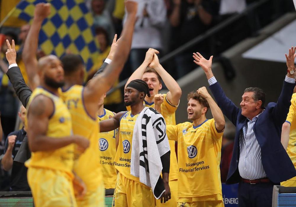 Die Basketball Löwen feiern ihren überraschenden Erfolg gegen Spitzenreiter Würzburg. Fotos: Agentur Hübner