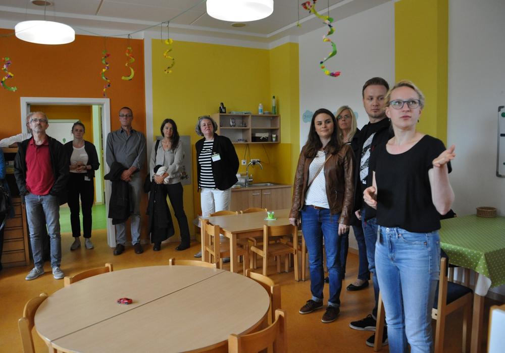 Kara Lemke erläuterte den Besuchern die Neugestaltung der Kita-Räume. Foto: Eva Sorembik