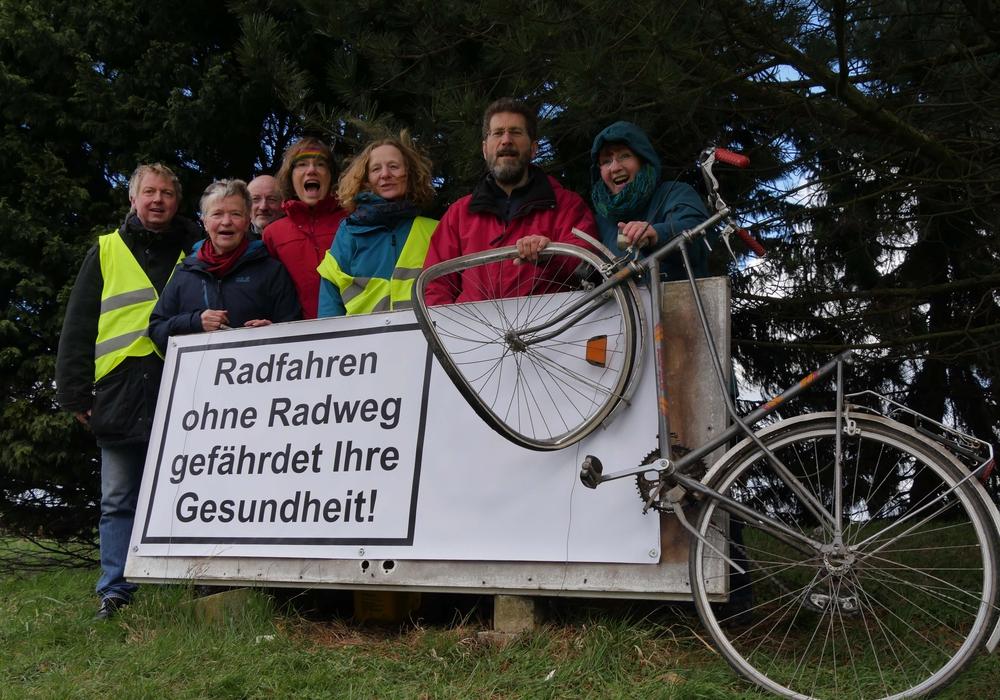 Radweginitiative Evessen an ihrem neuen Banner mit Unfallfahrrad. Foto: H. Judith