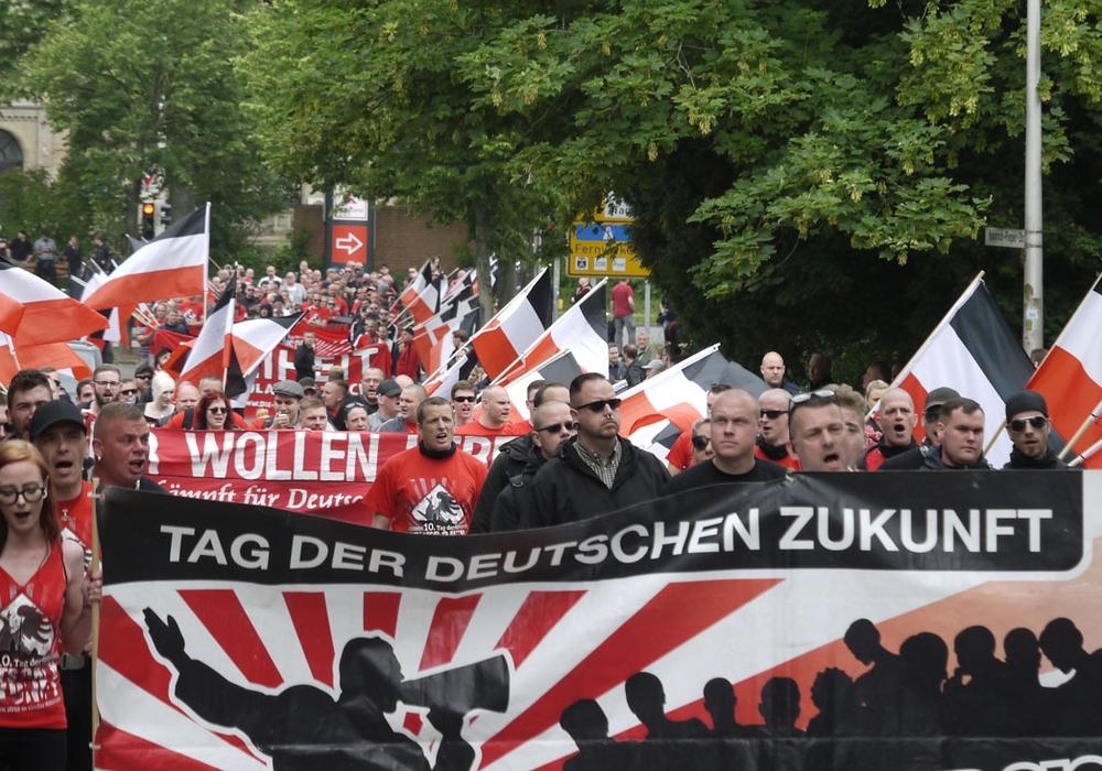 Der rechte Aufmarsch zieht mit Fahnen durch Goslar. Fotos: Alexander Panknin