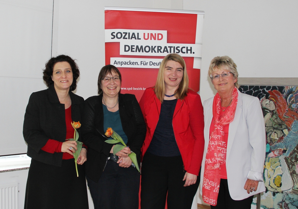 Foto (li.nach re): Dr. Carola Reimann (MdB), Prof. Dr. Brigitte Wotha (Ostfalia), Simone Wilimzig-Wilke (neue ASF BezirksVorsitzende Braunschweig) und Annegret Ihbe (bisherige ASF BezirksVorsitzende Braunschweig) Foto: Jutta Wegerich