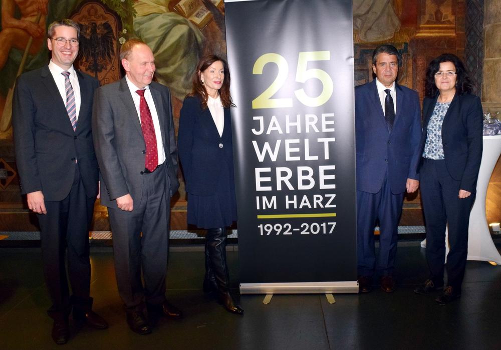 Zum Abschluss finden sich die Rednerinnen und Redner zum Gruppenfoto zusammen (von links): Dr. Oliver Junk, Gerhard Lenz, Prof. Dr. Verena Metze-Mangold, Sigmar Gabriel und Dr. Gabriele Heinen-Kljajic. Fotos: Stadt Goslar: