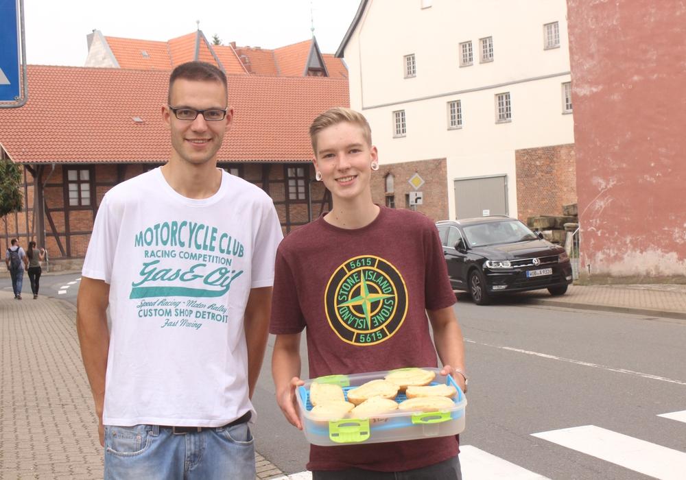 Ob mit Schokolade oder Brötchen, viele Wolfenbütteler Bürger versuchten während der ereignisreichen Tage zu helfen, wo es ging. So wie René und Nick, die Brötchen an die Einsatzkräfte verteilten. Foto/Audio: Anke Donner/Werner Heise
