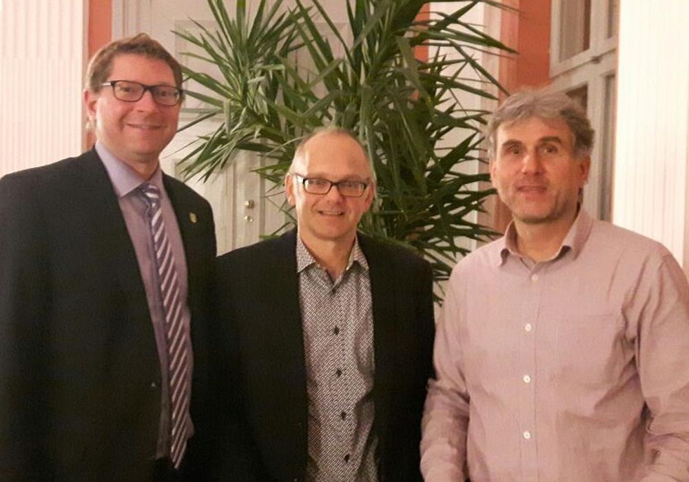 Bürgermeister Marco Kelb (CDU) begrüßt die neuen Ratsherren der Gemeinde Sickte Matthias Liborius und Karsten Gehrke (beide Bündnis 90/ Die Grünen). Foto: Gemeinde Sickte
