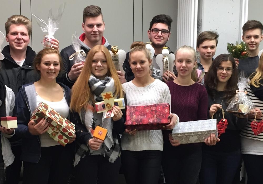Schüler des neunten und zehnten Jahrganges der Adolf-Grimme-Gesamtschule haben sich vorgenommen, an den Feiertagen ältere Menschen zu besuchen, die Weihnachten alleine zu Hause, im Heim oder im Krankenhaus verbringen. Foto: Adolf-Grimme-Gesamtschule