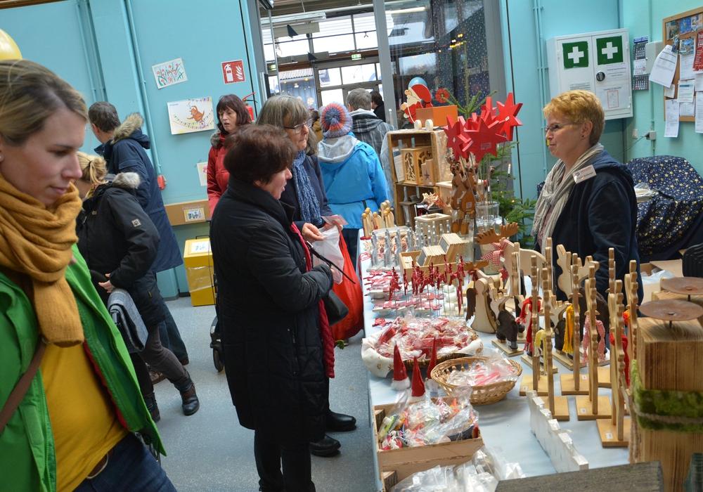 Zahlreiche Stände laden beim vorweihnachtlichen Basar der Lebenshilfe Wolfenbüttel zum Stöbern ein. Foto: Lebenshilfe