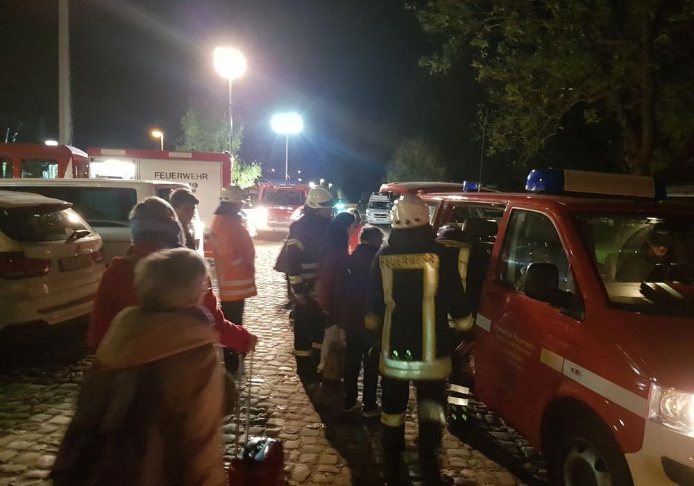 Zirka 350 Fahrgäste mussten am Bahnhof Meinersen aus einem ICE evakuiert werden. Foto: Schaffhauser, Feuerwehrpressesprecher Gifhorn