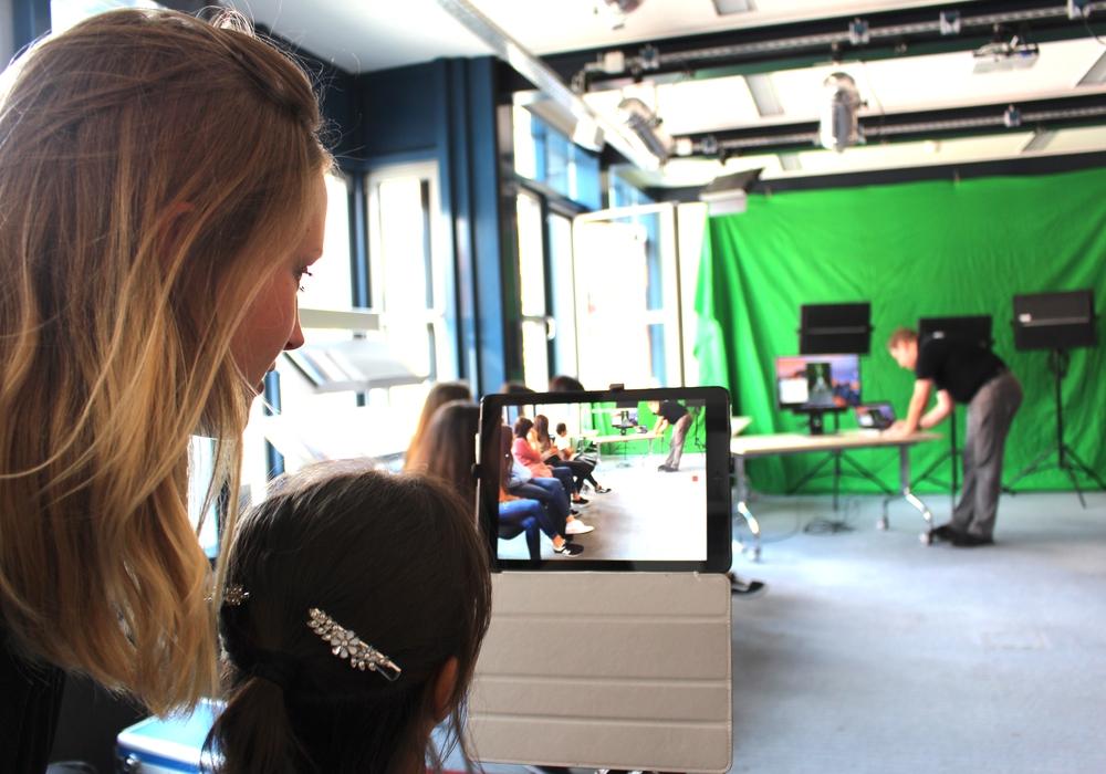 Christina Wicke vom Medienzentrum unterstützte die Kinder bei ihrer Arbeit. Fotos: Nick Wenkel