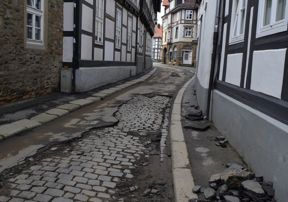 Im unteren Bereich der Bergstraße hat das Wasser dem Asphalt weggerissen. Foto: Stadt Salzgitter