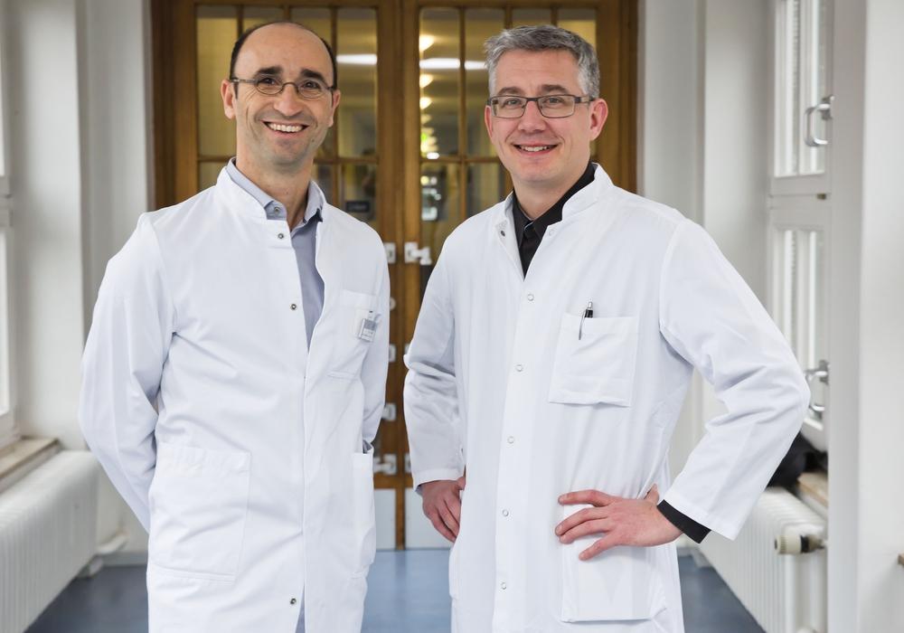 Dr. Johannes Leonhardt (rechts) ist neuer Leitender Abteilungsarzt der Kinderchirurgie und -urologie. Links im Bild ist sein Vorgänger Dr. Naim Farhat. Foto: Klinikum Braunschweig / Jörg Scheibe