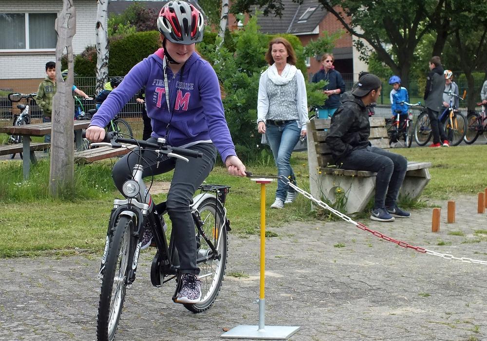 In der Oberschule in Velpke trainieren die Jugendlichen aus den oberen Klassen die Fünft- und Sechstklässler im Rahmen der Mobilitätsausbildung. Die Räder weisen häufiger Mängel auf und die größeren Räder führen auch dazu, dass einige Übungen schwieriger zu bewältigen sind. Archivfoto: Kreisverkehrswacht Helmstedt