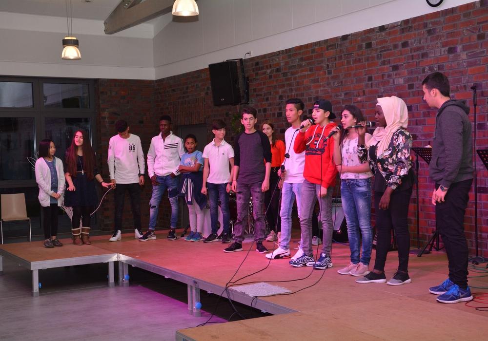 Die jungen Schüler begeisterten das Publikum mit ihrer Rap-Performance. Foto: DRK