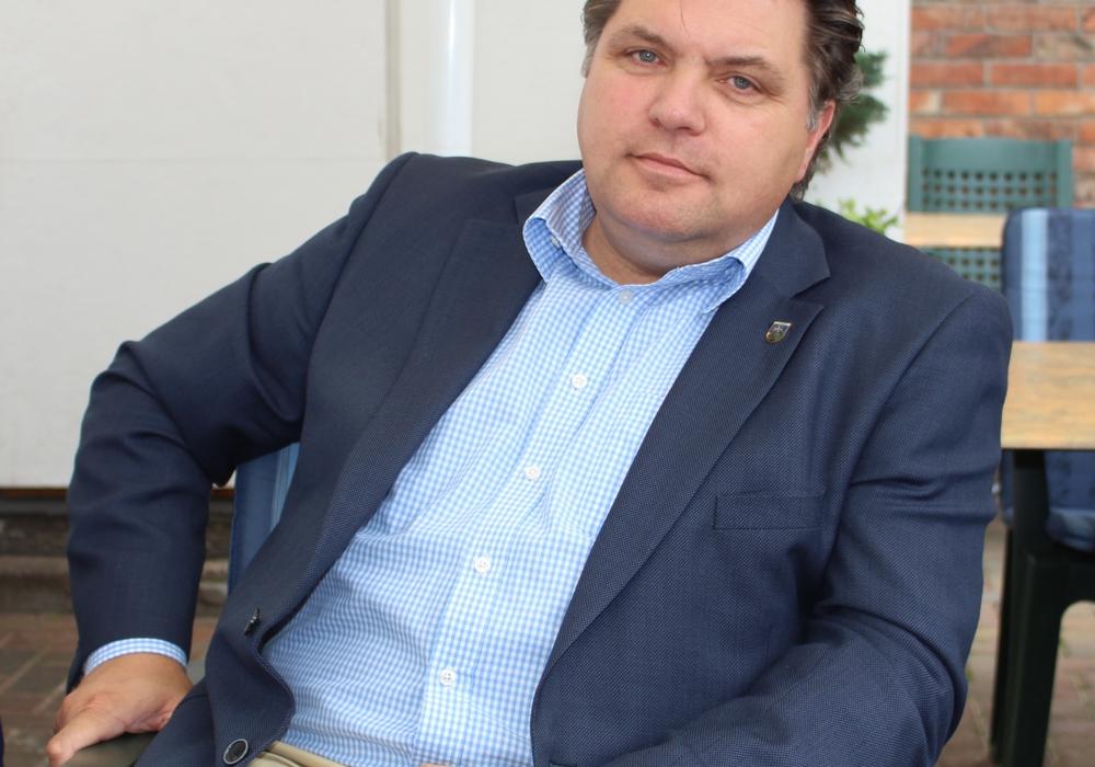 """Uwe Schäfer berichtet zu aktuellen Themen und Projekten aus der """"Arbeit im Landkreis"""". Foto: Alexander Dontscheff"""