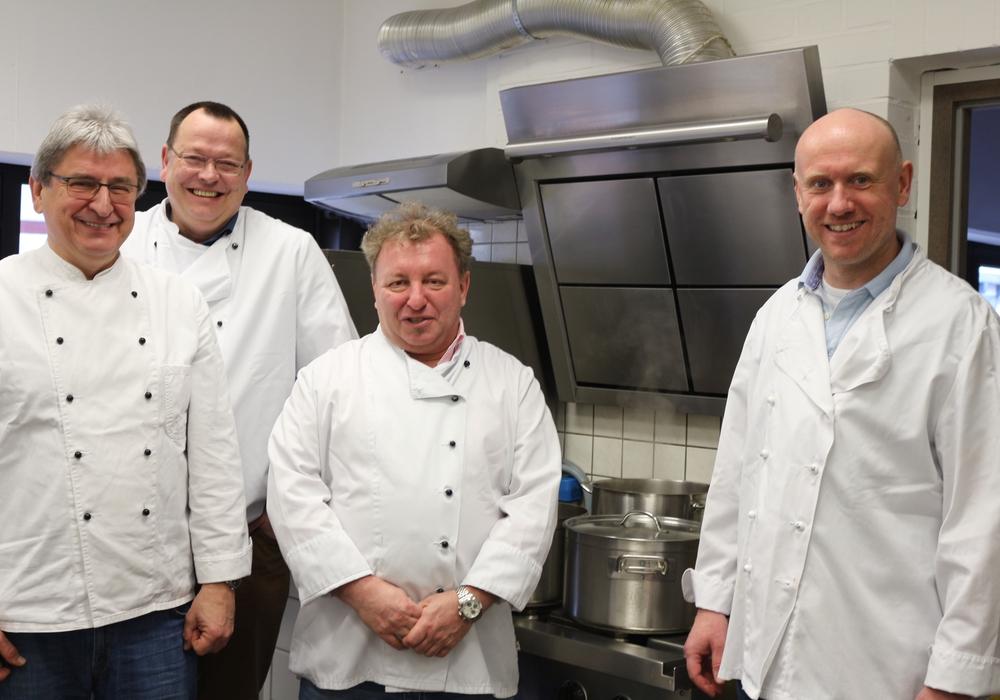 Prof.Dr.Heinrich Keck, Dr. Thomas Hockertz, Georg Hujer und Dr.Tobias Jüttner kochten am Samstag in der Suppenküche im Roncallihaus. Fotos: Anke Donner