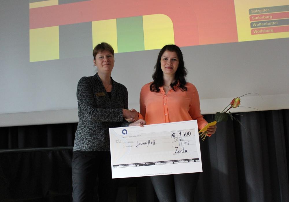 Die Präsidentin des Zonta-Clubs Salzgitter Dr. Annette Röttger (links) überreicht den 1.500 Euro Scheck an die Bachelor-Studentin Jasmin Hoff. Foto: Max Förster