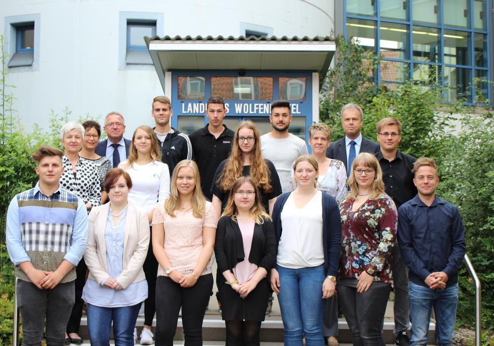 Die Landkreisverwaltung begrüßt die dreizehn neuen Auszubildenden/Jahrespraktikanten. Foto: Max Förster