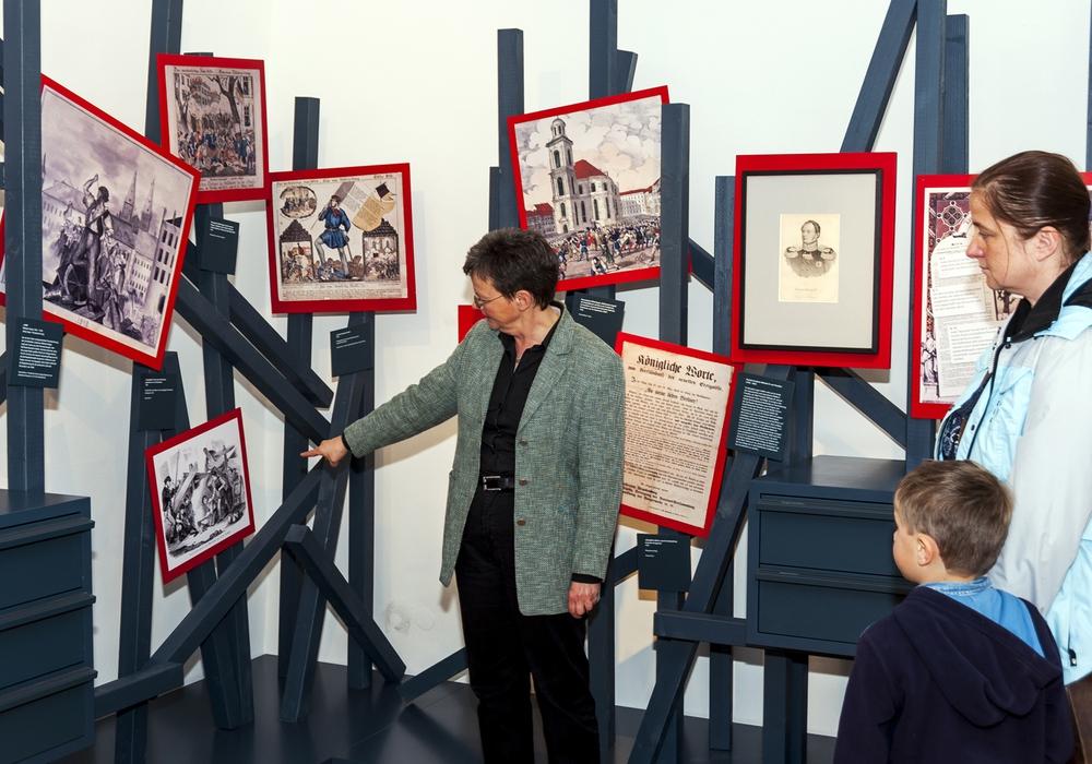 Museumsleiterin Bettina Greffrath mit Besuchern. Foto: Stadt Wolfsburg
