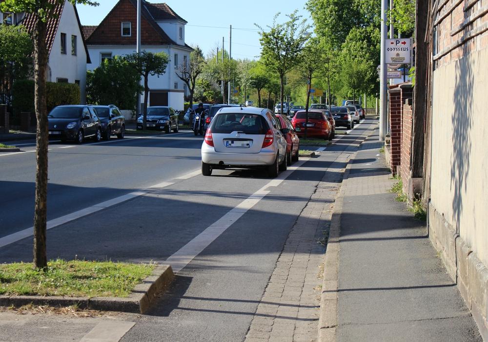 Harzburger Straße: Nebenflächen zwischen Gehweg und Parkstreifen sollen den Gehwegen zugeschlagen werden. Foto: Max Förster