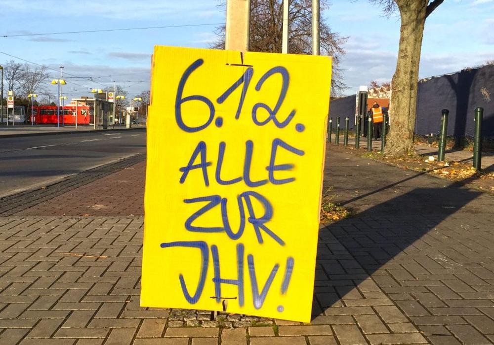 """Aufruf der Dans am letzten Spieltag: """"Alle zu JHV!"""". Foto: Frank Vollmer"""