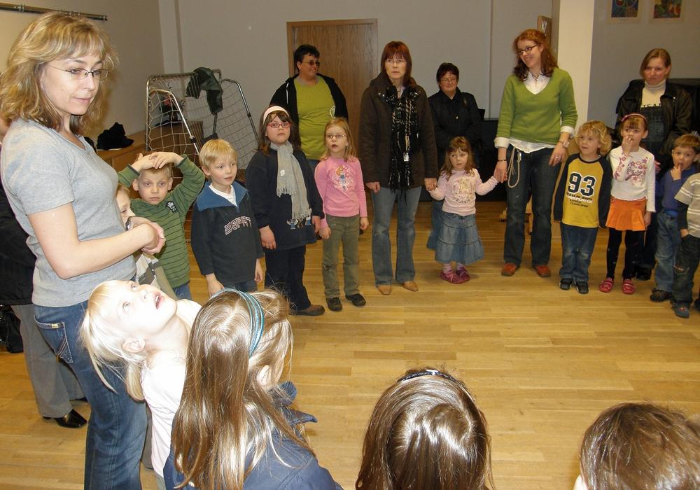 Anja Stahl übt mit Erwachsenen das Problem der Mehrfachhandlung. Foto: Verkehrswacht
